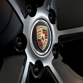 Porsche Naafdoppen zwart met gekleurd logo